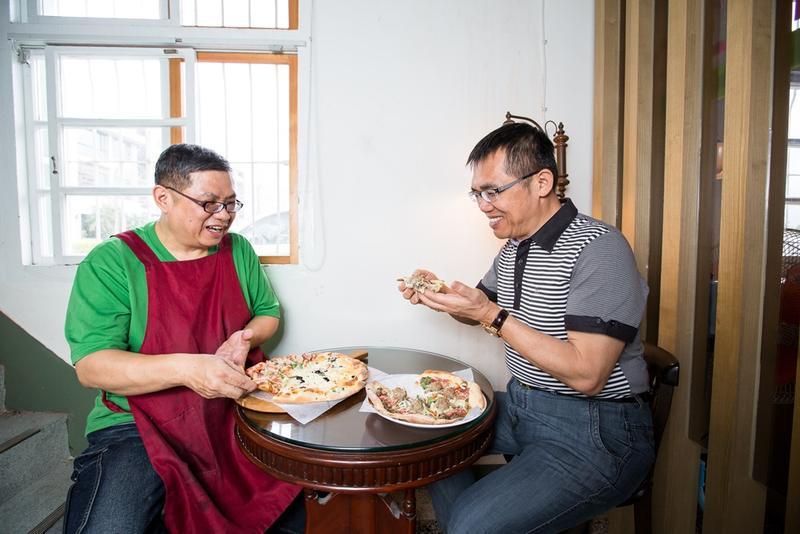 提拉米蘇創辦人劉敏賢(右)心心念念的好滋味就是弟弟劉敏安(左)做的手工薄皮披薩。