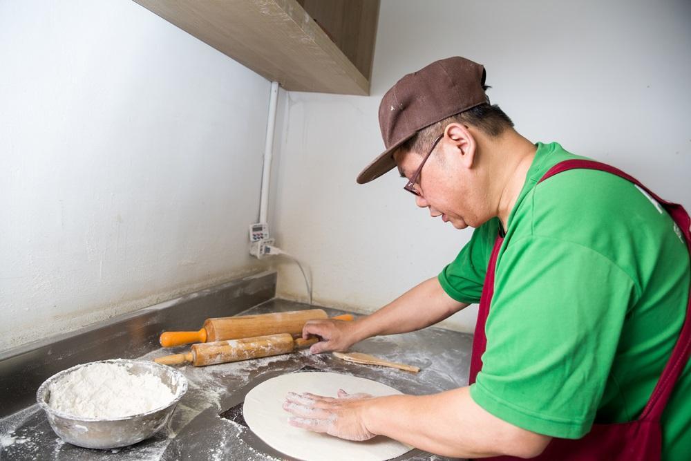 餅皮採手工現點現桿,劉敏安用義大利杜蘭麥粉,低溫發酵12小時,讓其慢慢產生麥香味,酥脆度才會持久。