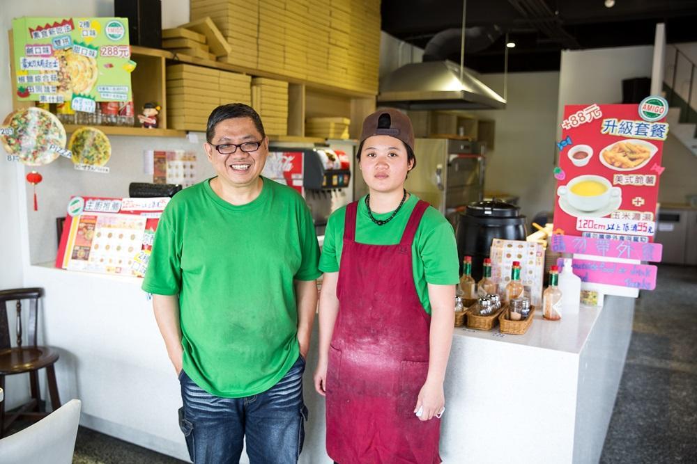 劉敏安(左)因思鄉情切,毅然離開台北,拿著一身好手藝,回花蓮開創意披薩店。