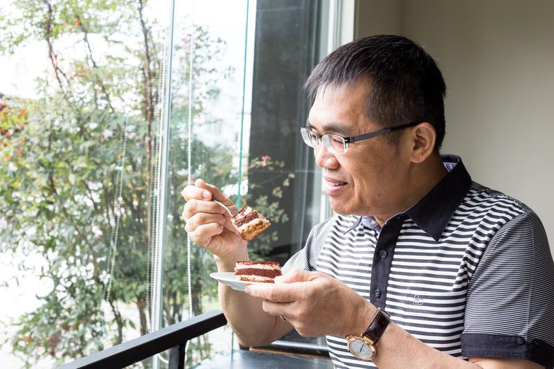 提拉米蘇創辦人劉敏賢年輕時經營生意不善倒閉,卻如何也要保護供應商的貨,不讓人搬走。