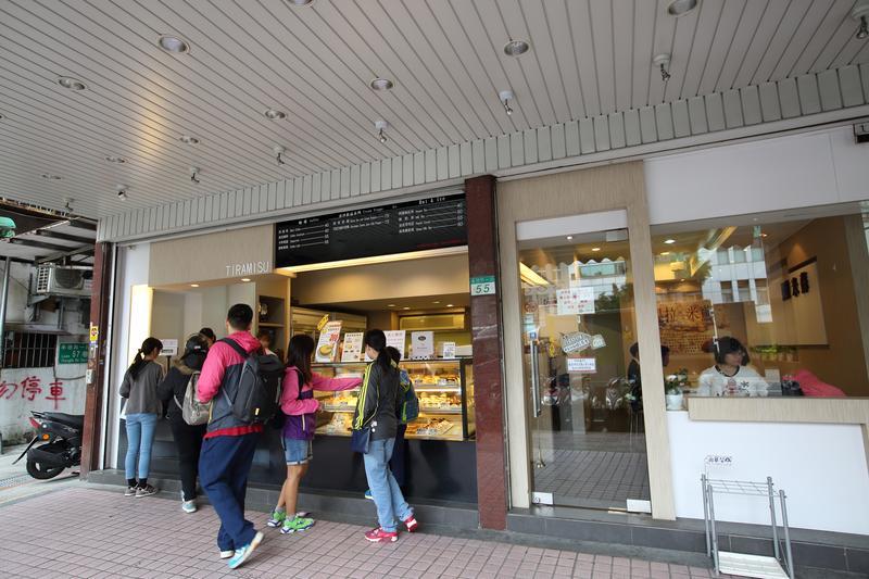 提拉米蘇第一家實體店「承德店」,開幕才一個禮拜,就被知名連鎖咖啡蛋糕店老板親自跑到店裡關切。