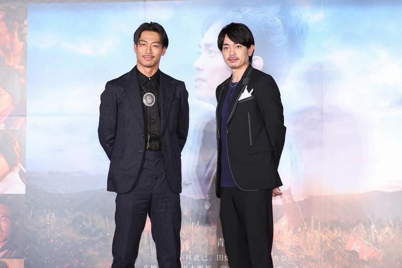 放浪兄弟AKIRA(左)和青柳翔為《鑪場武士》首映來台。