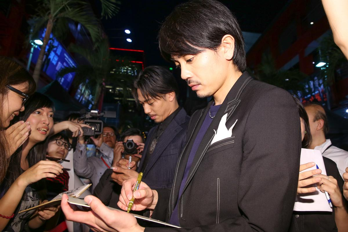 《鑪場武士》首映聚集300多位粉絲睹見生人,放浪兄弟AKIRA(左)和青柳翔親切地為粉絲簽名、握手與自拍。