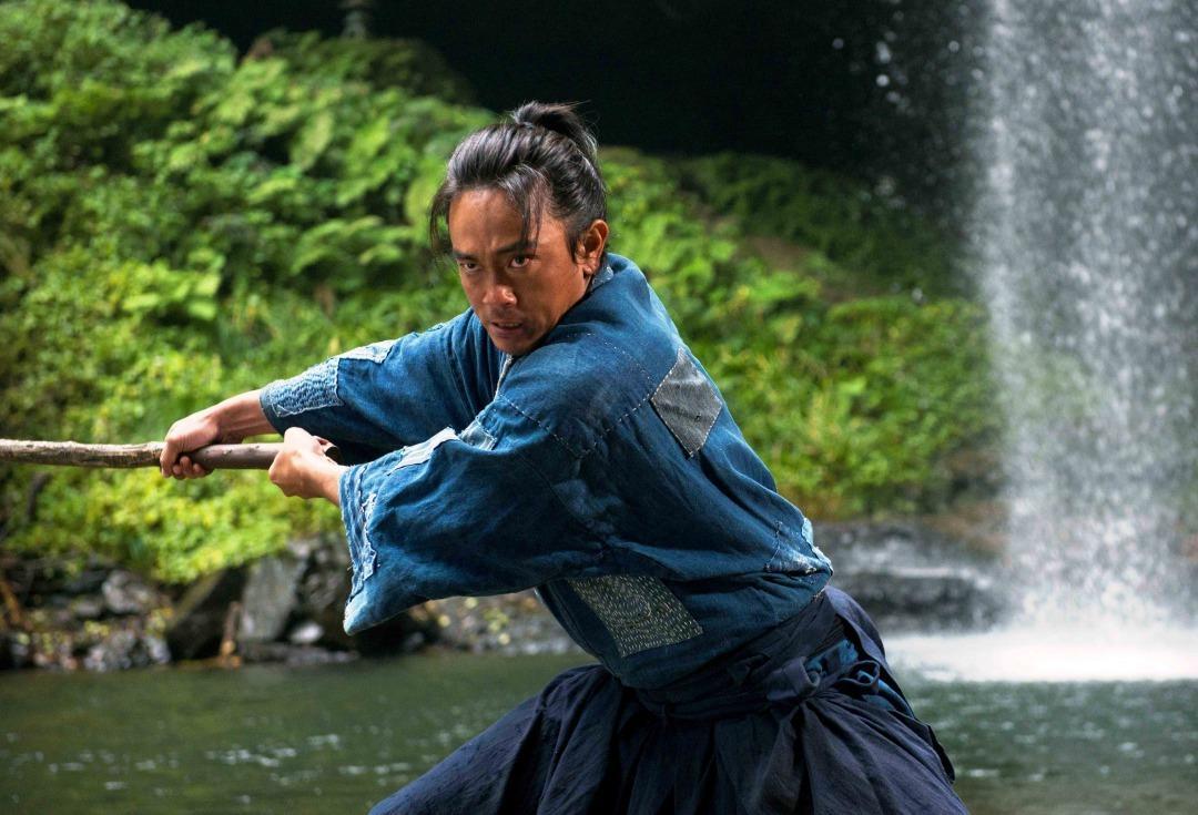 青柳翔在《鑪場武士》飾演被賦予傳承煉鐵技術之宿命的男人,嚮往成為武士而踏上征途。(牽猴子提供)