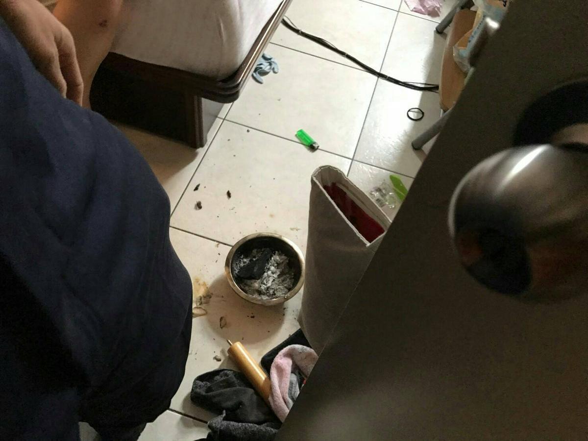 員警破門而入後,發現房間地上有盆燃燒中的炭盆。