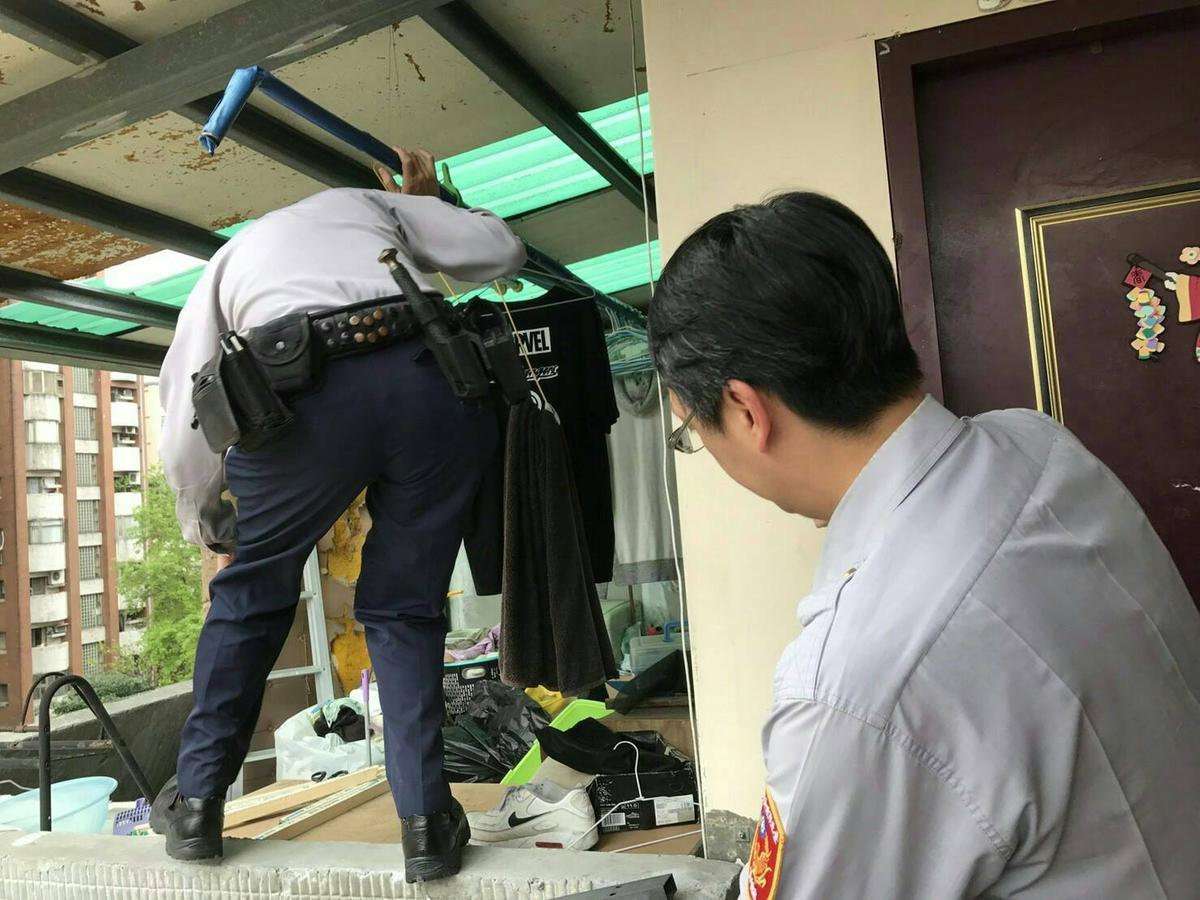 林羽鶴員警見門窗被反鎖,決定爬女兒牆進入屋內救輕生的李女。