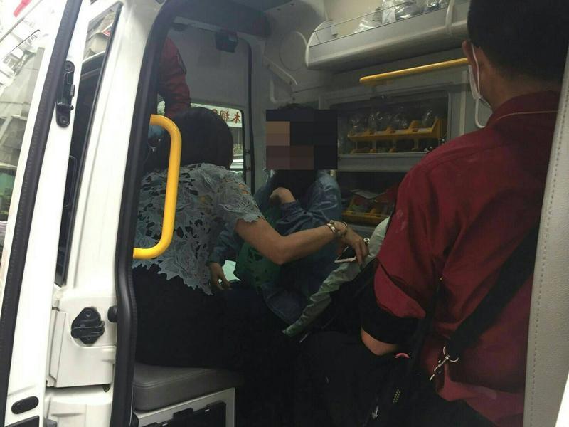 李女吸入過多的一氧化碳,神情恍惚,搭上救護車被送往醫院。