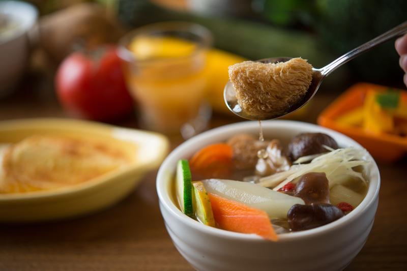 「惜家湯品廚房」的「養生藥膳猴頭菇燉湯」是全素料理,淡而有味。