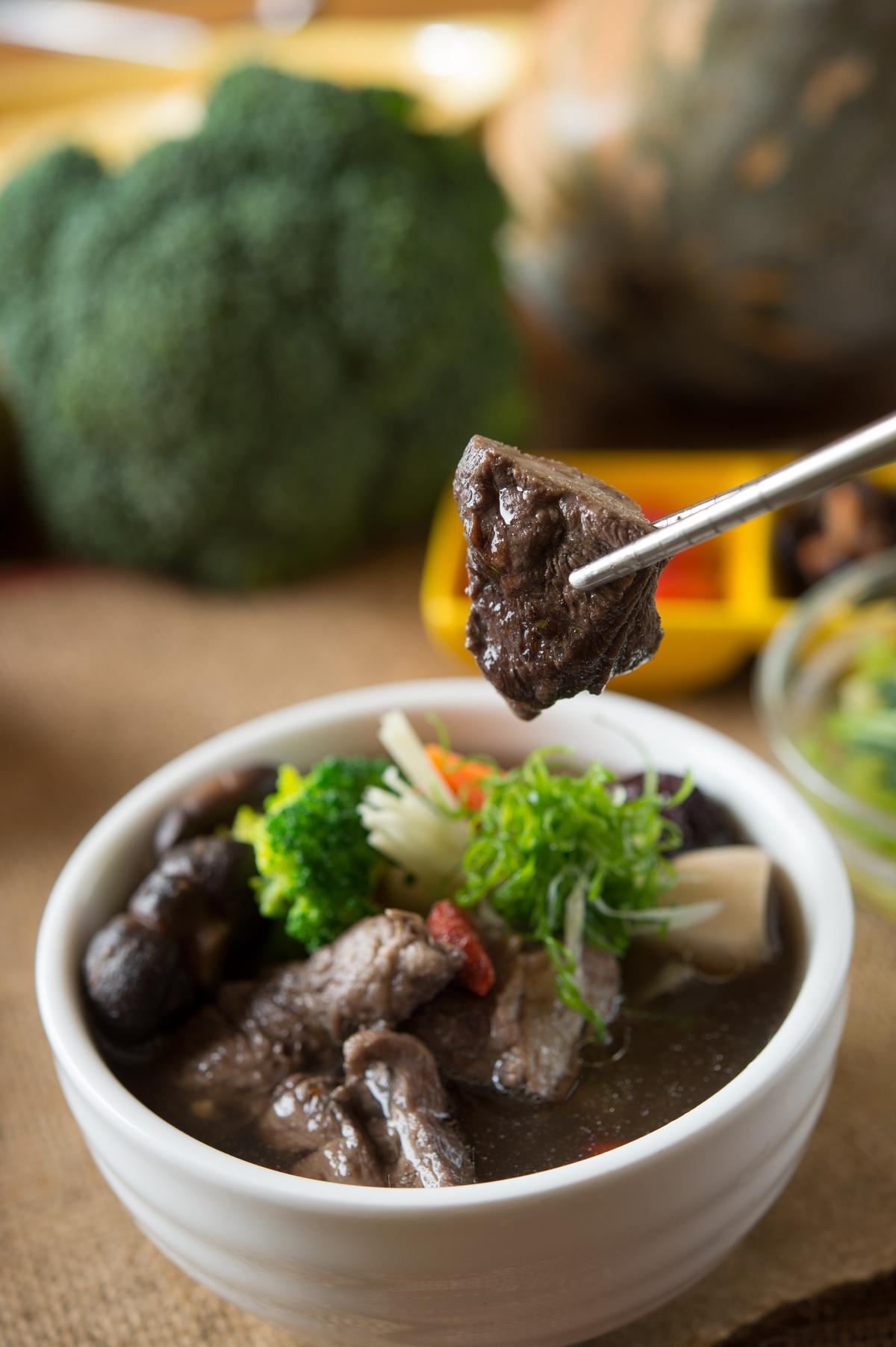 「黑豆仔冬菇牛肋燉湯」選用韓國花菇及有機黑豆、枸杞,牛肋軟嫩,溫和清淡。(189元/份)
