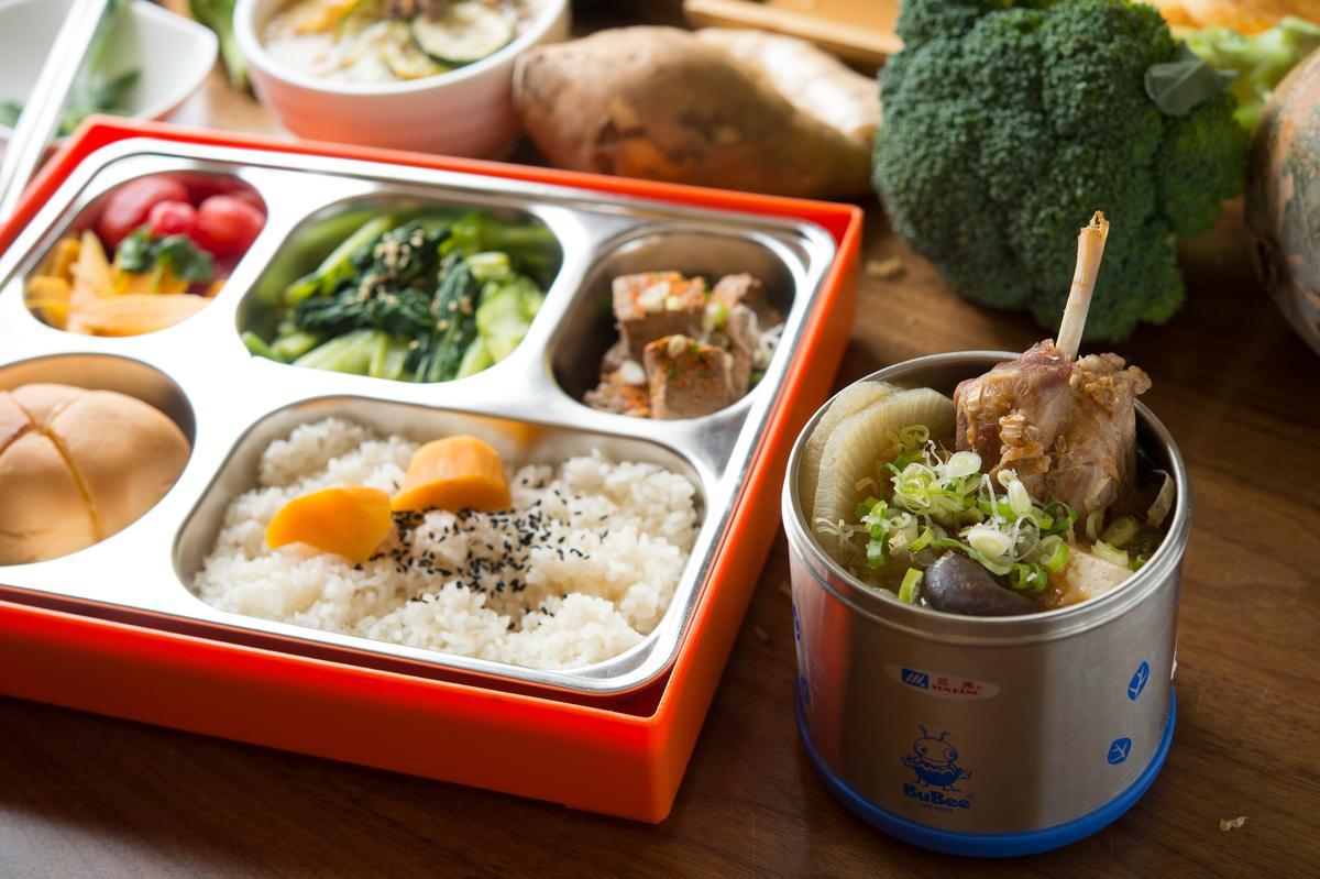 老闆不希望用外帶紙盒製造多餘垃圾,因此選擇304不鏽鋼餐具提供湯品及便當外帶。(188元/份+10%,押金500元)
