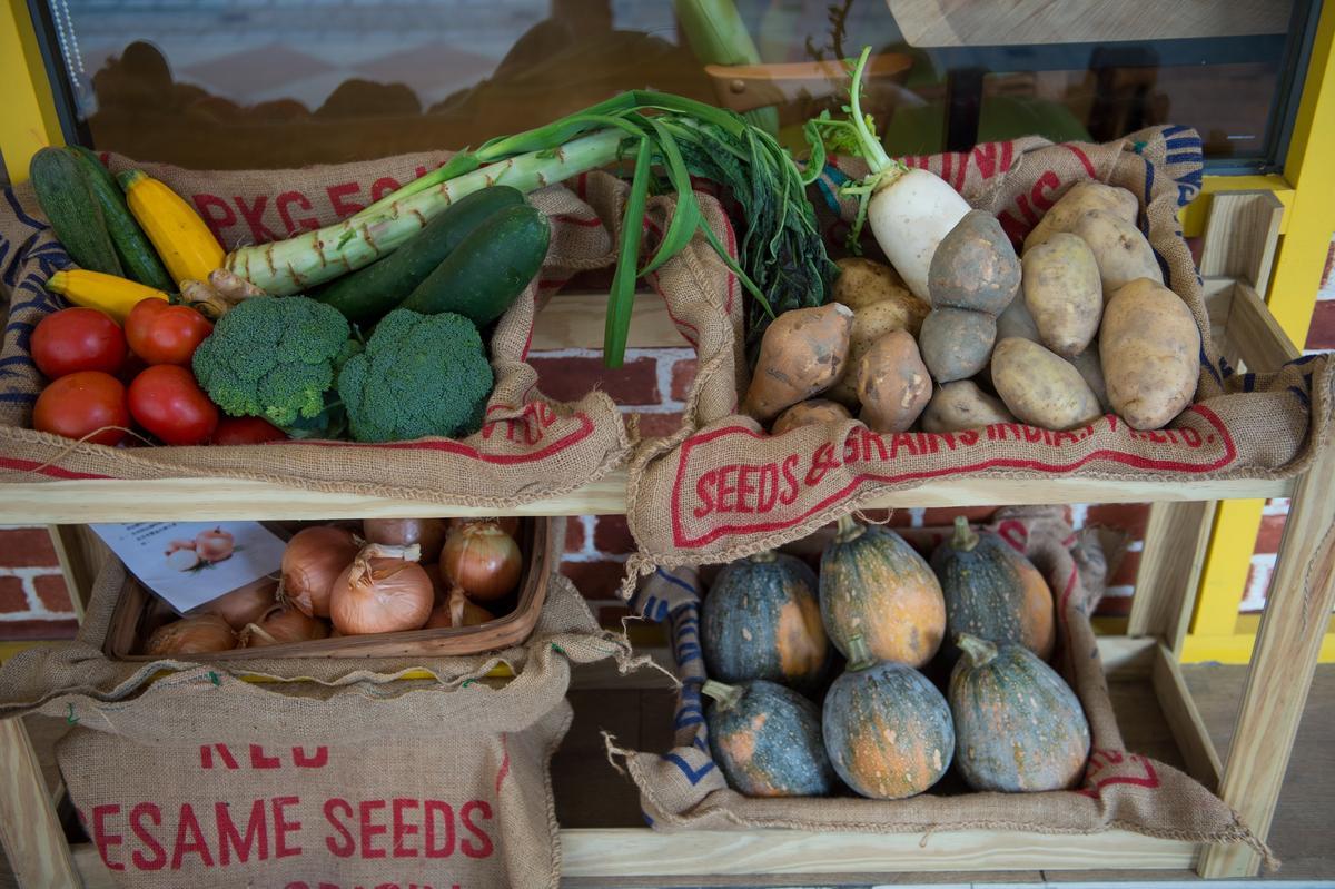 店裡的蔬果均與友善耕作的小農合作。