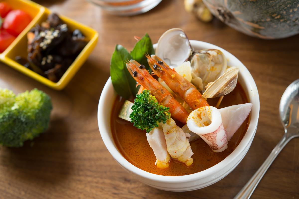 「新加坡叻沙海鮮湯」連叻沙醬都自製,香濃夠味。(189元/份)