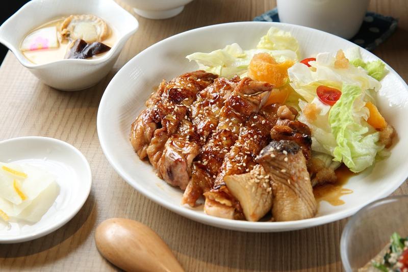「和風照燒雞腿定食」的照燒醬用雞骨、醬油和高湯熬煮7小時而成,甘爽可口,不搶雞肉鮮甜。(270元/份)