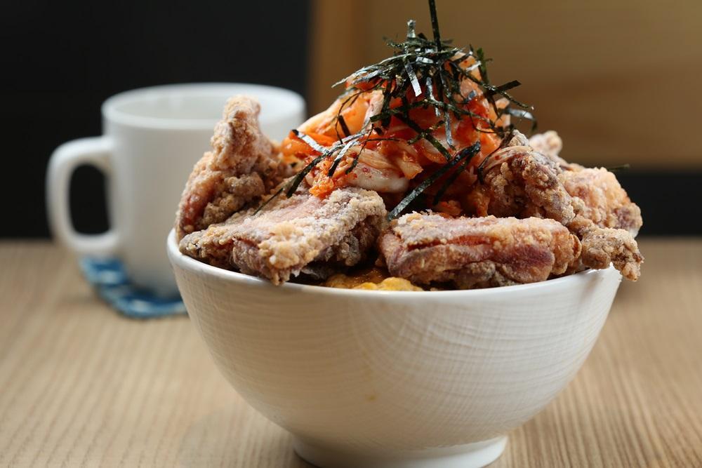 「炸雞愛泡菜丼飯」的唐揚雞腿肉酥嫩入味,搭著鹹辣的韓式泡菜和清爽的滑蛋,味道相當融洽。(180元/份)