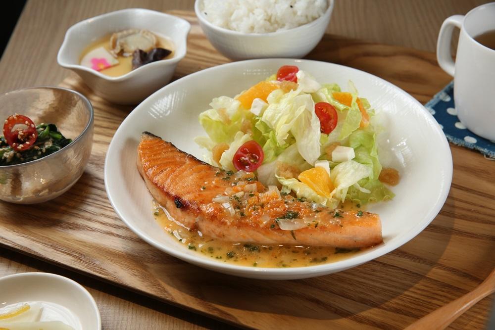 「燒吧!鮭魚定食」利用特製奶油莎莎醬中和鮭魚的油膩,清爽滋味深受女性客人喜愛。(320元/份)