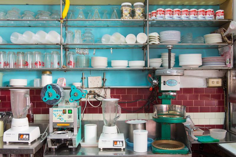 「正東山冰屋」的備料區架上擺滿玻璃聖代杯和500cc木瓜牛奶杯等,食器都使用多年,彷彿發出一種美麗的時間光芒。