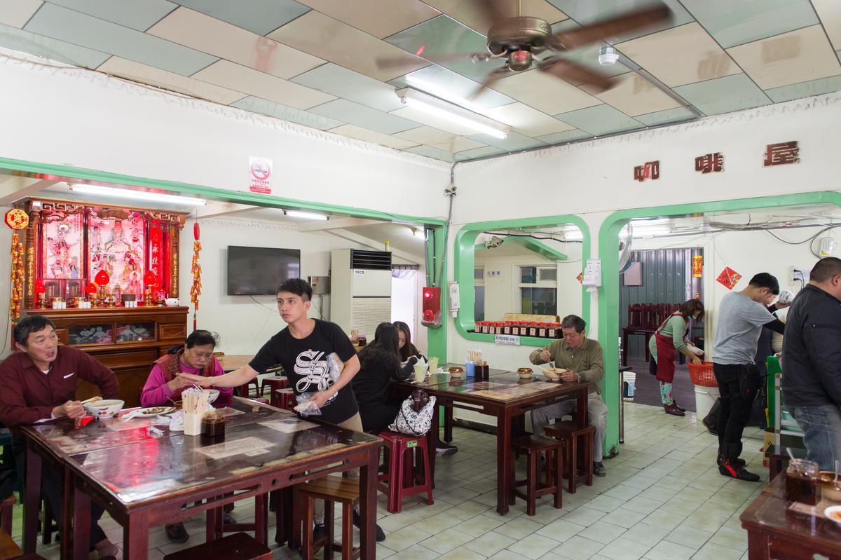 今年30歲的「佳興冰菓室」內部空間保留簡樸原貌,店家的日常生活和小吃攤同在一個空間裡,很多花蓮新城地區的老客人形容,回到新城來這裡吃一餐,再喝杯檸檬汁,才算回家了。