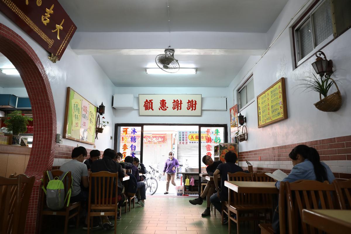 50年老冰店「正東山冰屋」的店址曾是台東市區精華位置,以前附近100公尺開有10間冰菓室,是冰店一級戰區。」隨著泡沫飲料店和超商的興起,許多老冰店關閉退場,而正東山可以持續經營超過半世紀,靠得是老頭家寫在招牌上的「最古老風味」「最文明調理」的料理精神,還有賴家三代不捨家人分散,堅持一起生活的原因。