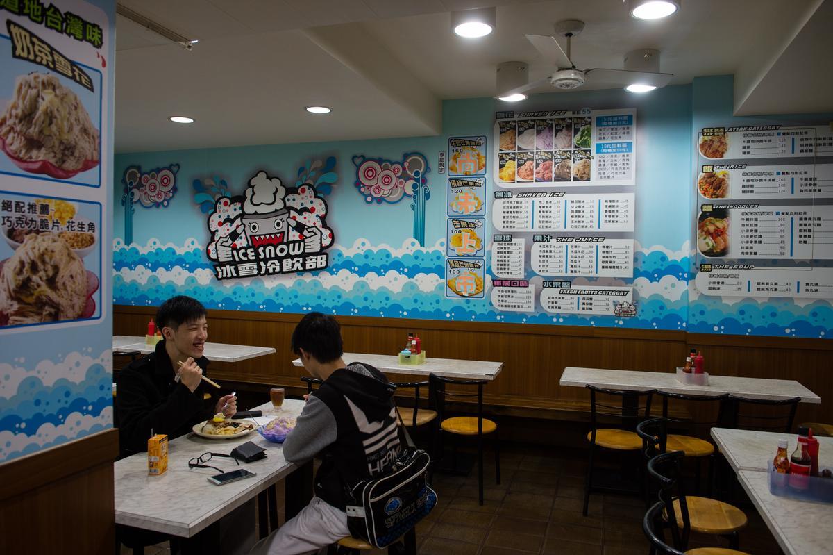 今年43歲的「冰雪冷飲部」老空間己不復見,現在壁面上貼滿卡通化商標和菜單,位在羅東夜市旁的這間冰菓室親切有台味,自成一格的氣味,吸引各路客人隨時來呷燒也呷冰。