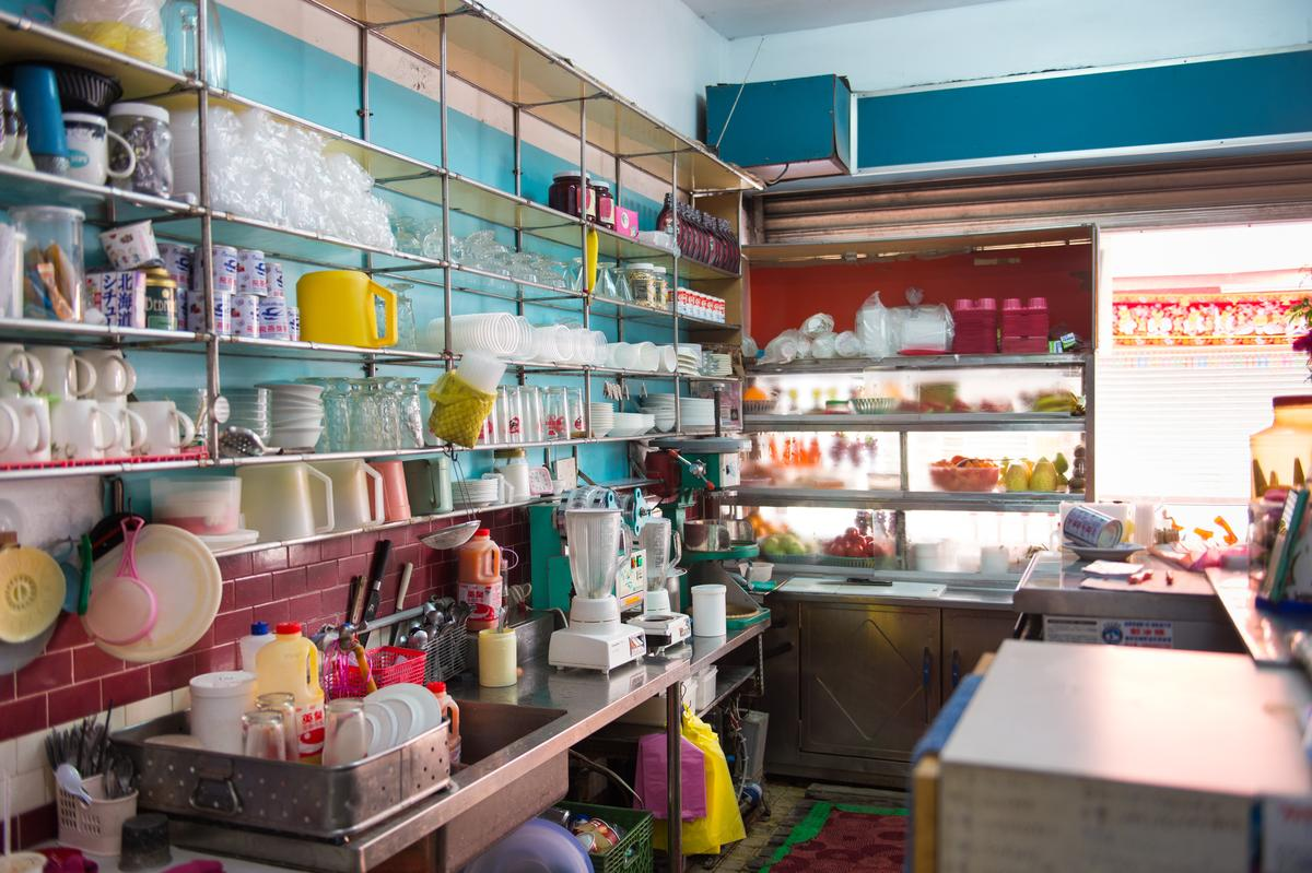 維持舊陳設及保留著老餐具的「正東山冰屋」,讓時光好像停在某個美好的年代裡。