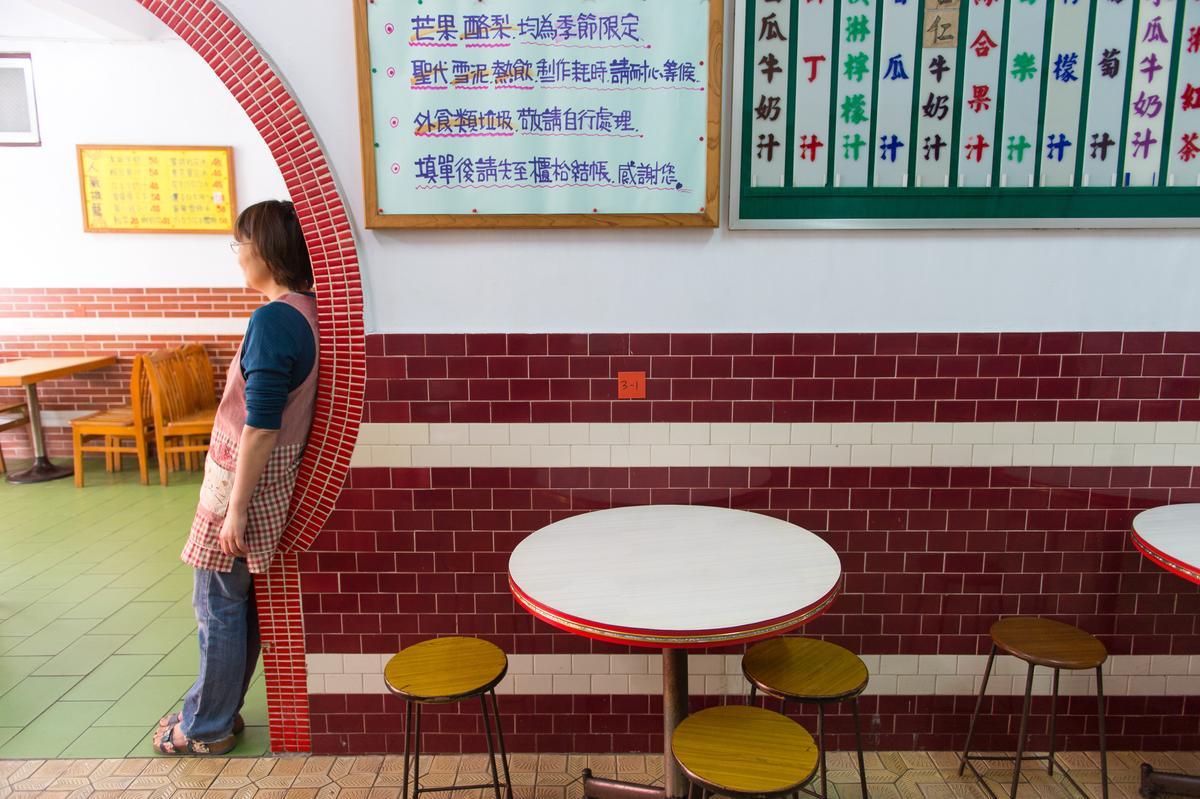 立體造型菜單、圓桌、椅凳和貼磚,「正東山冰屋」的時光好像停在某個年代裡。