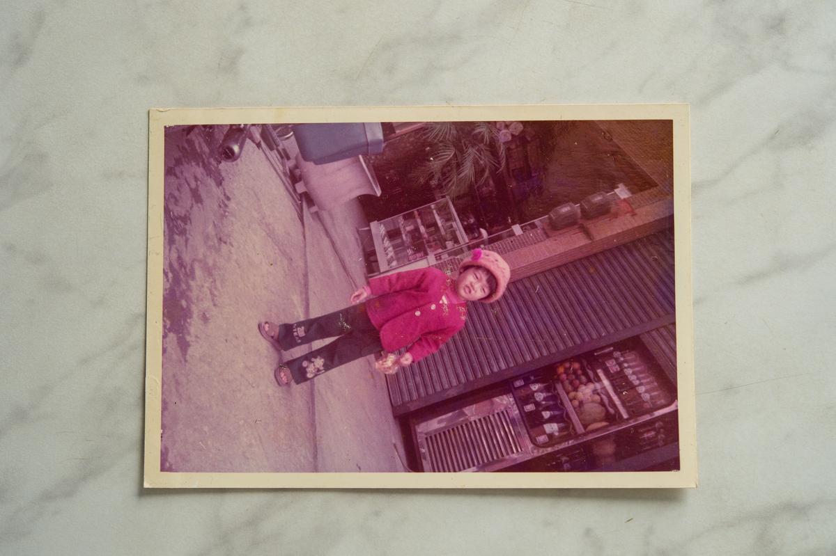 80年代的冰雪冷飲部門口,看得到放了水果及玻璃汽水的大型冰箱就在店門口。(冰雪冷飲部提供)