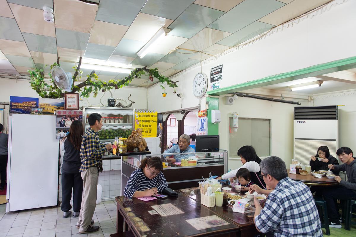 保留著大型透明水果冰箱的「佳興冰菓室」證明了它「冰涼的過往」,但其實現在店內唯一賣的涼水是「檸檬汁」,多數的客人是來吃炒麵等熱食的。