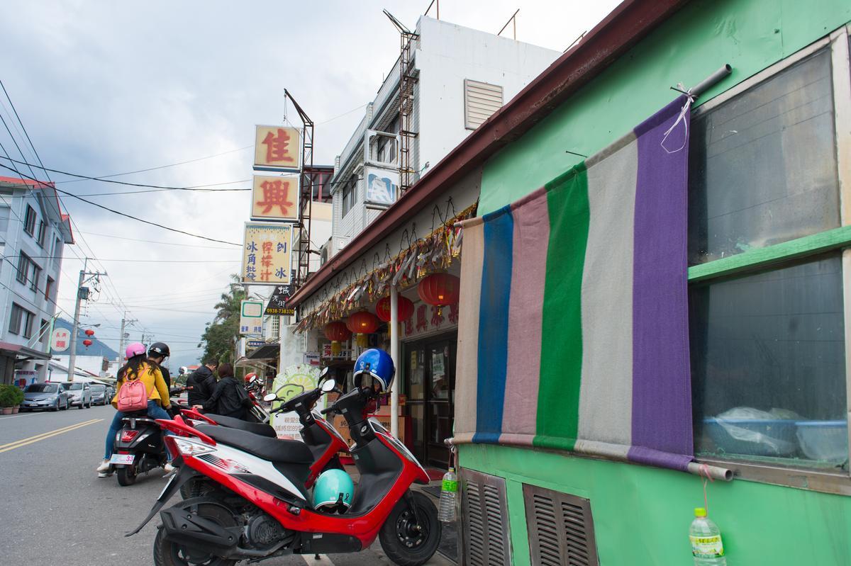 光看「佳興冰菓室」的招牌,會以為這裡是專賣刨冰的剉冰店,其實現在已轉型為小吃店。