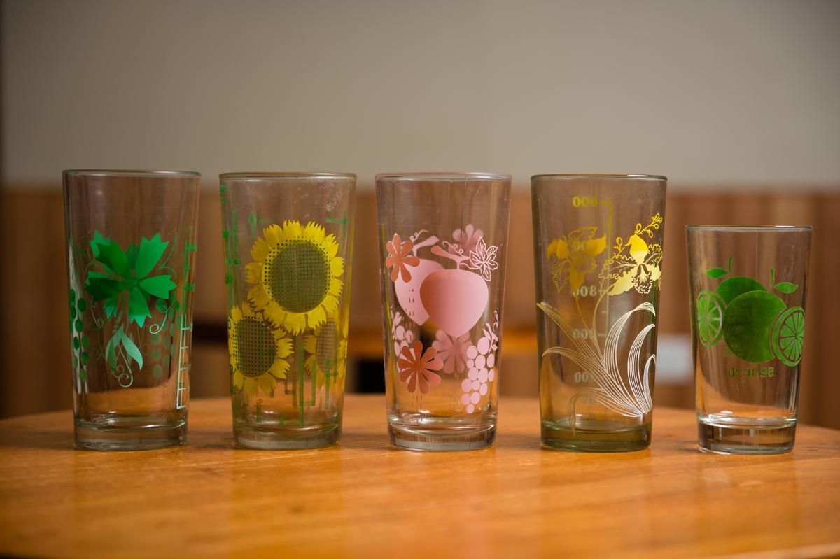 「3035叁零叁伍冰果室」老闆陳可為喜歡冰菓室老物件,他蒐藏了老冰店以前使用的「台南牛乳大王」500cc 果汁杯及印有花紋、水果等圖案的果汁杯。