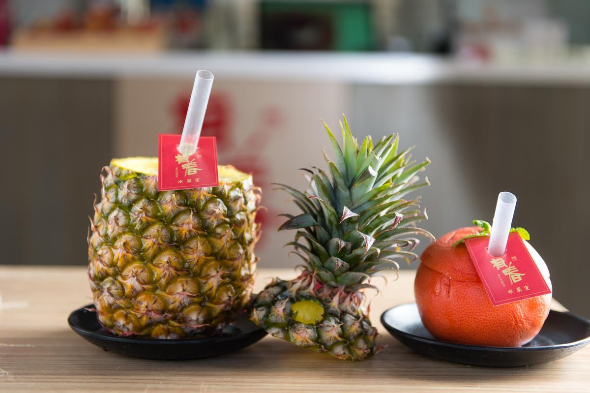 「有春冰菓室」的「整顆旺來汁」(左,180元/顆)和「整顆葡萄柚汁」(右,70元/顆)以整顆水果裝盛果汁,「原形登場」的原味果汁讓有春成了打卡夯店。