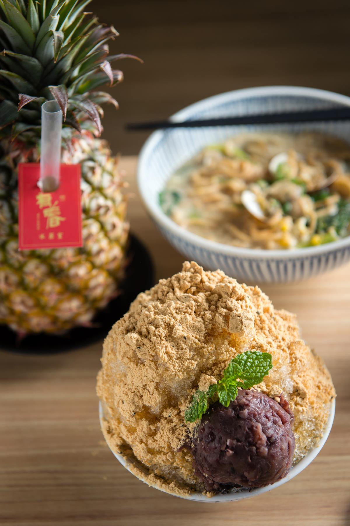 「有春冰菓室」提供「阿嬤綜合蛋麵」(後,90元/碗)及古早味剉冰「古早味麵茶冰」(前,65元/份),鹹食甜點都提供的餐點組合很方便客人吃飽也能兼吃甜點。