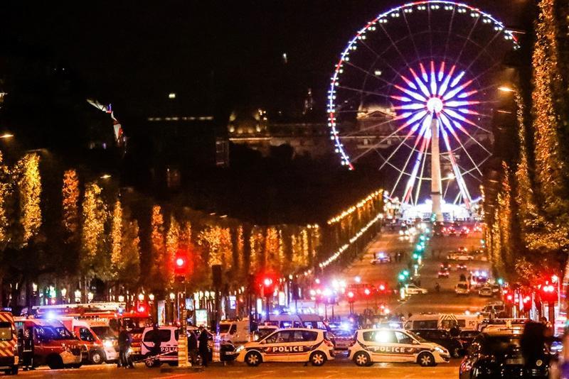 法國香榭大道發生恐攻,槍手已被擊斃。事件發生後,巴黎警察局在推特上要求市民避開香榭麗舍大街區域。(東方IC))
