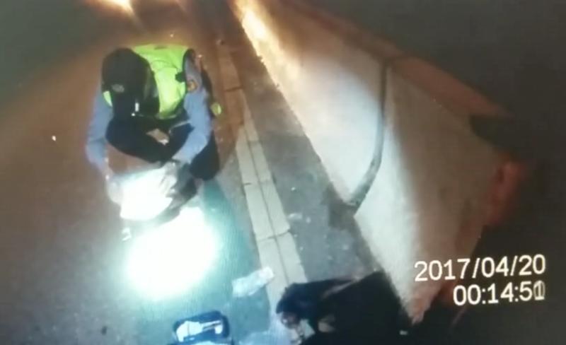 坐在計程車後座的李男因為不斷手抖,警方直覺有異,將他攔下進一步盤查。