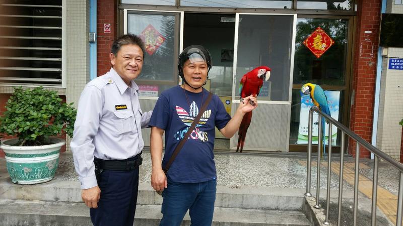 警方透過鸚鵡上的腳環聯絡到飼主。