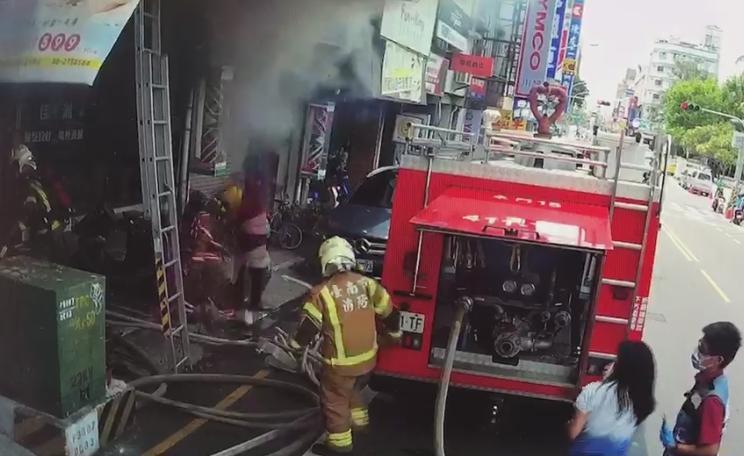 火警發生當下外勞冒死跳窗,差一點壓到樓下警消。