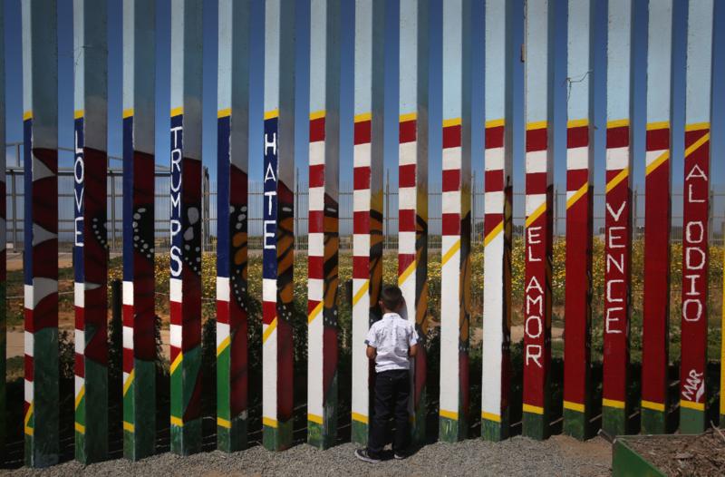 川普上任後,美墨好不容易改善的雙邊關係恐怕生變。圖為一個小男孩4月16日站在墨西哥邊界,眺望一牆之隔的美國。(東方IC)