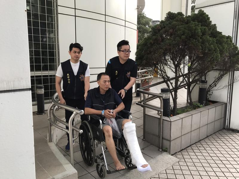 警方逮捕王嫌時,他還因骨折未癒只能坐在輪椅上被推著走「星光大道」。