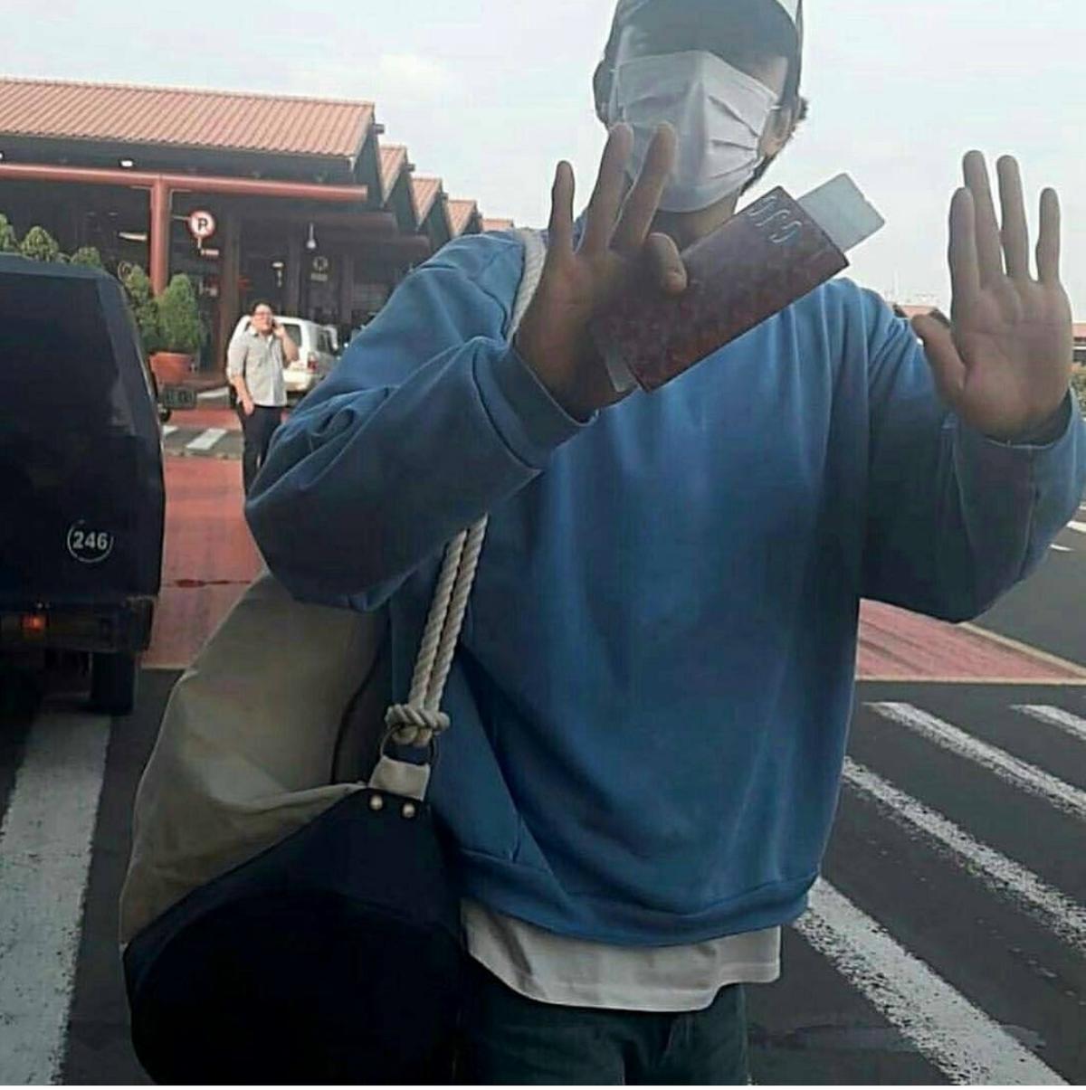 4月15日前往印尼度假的孔劉,在當地被拍到的機場時尚,引起大批網友討論。
