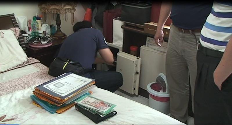 檢警至多人家中搜索,起出偽造帳冊、單據等不法證物。