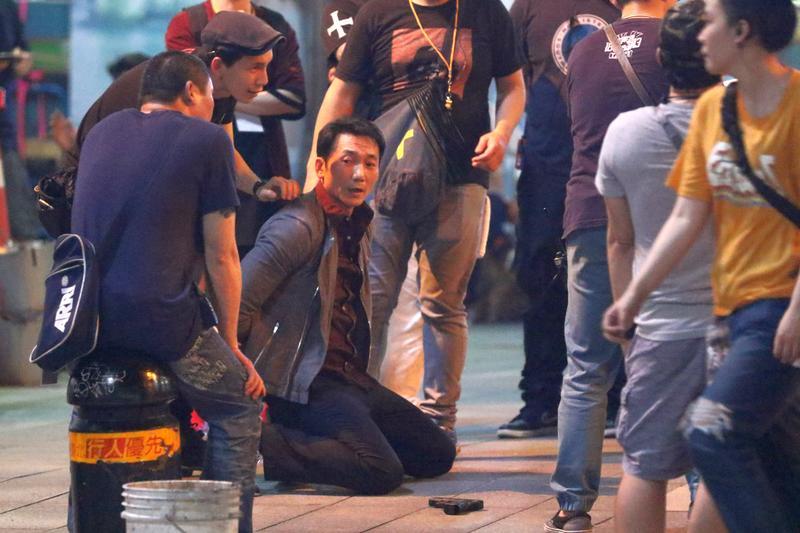 常威(鄒兆龍)在台北街頭下跪,臉上表情猙獰。