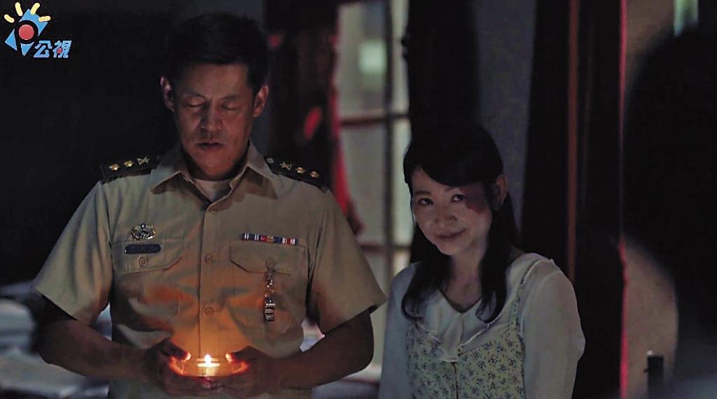 台大戲劇副教授姚坤君(右)客串演出「邱老師」一角,是《通靈少女》難得出現的鬼魂形象。左為汪建民。(翻攝自公視+7)