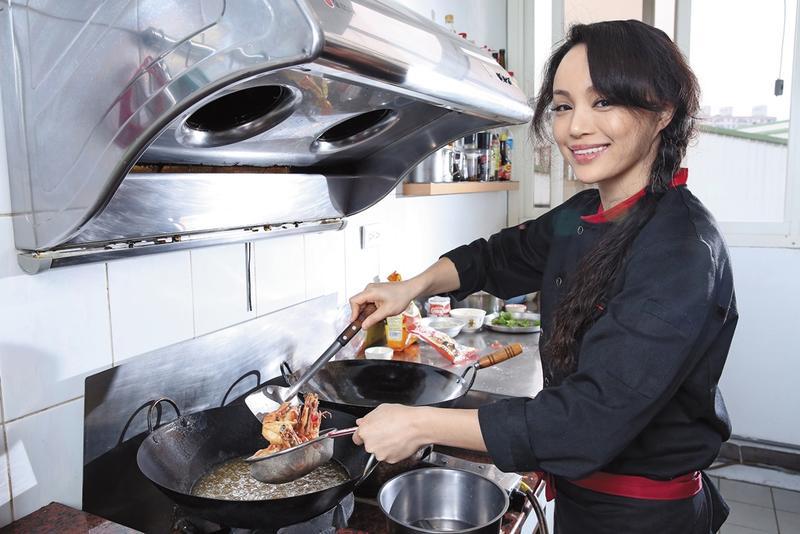 韋伶退出娛樂圈後轉當廚師, 每天熟練地在廚房內工作,雖然辛苦, 但看到客人帶著滿意笑容離開, 讓她充滿動力。