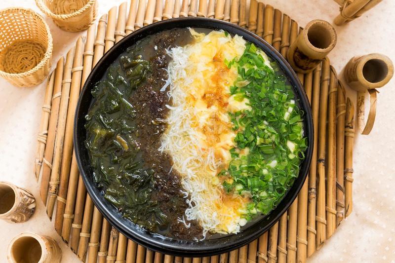 真材實料的「魩仔魚蛋花豆腐紫菜雞高湯」。(300元/小份)