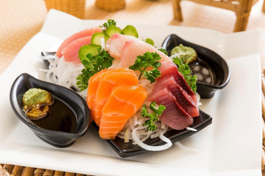 「綜合生魚片」會依照不同季節端上不同的食材。(300元/份)