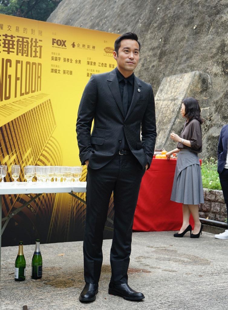 吳鎮宇在迷你劇《香港華爾街》飾演男主角,開鏡當天他頂著泡麵頭入鏡,展現型男風貌。(經紀人提供)
