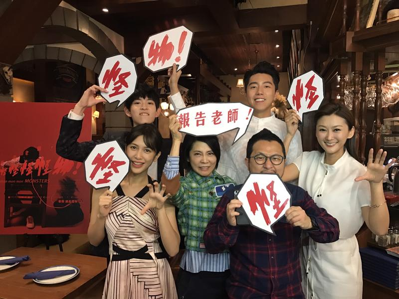 劉奕兒(前排左起)、監製柴智屏、導演九把刀、陳珮騏、鄧育凱(後排左起)和蔡凡熙一起參加香港電影節閉幕片《報告老師!怪怪怪怪物!》首映。