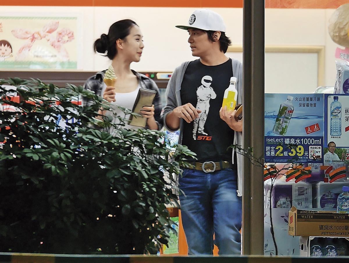 小倆口在便利商店逛了起來,還共享一支霜淇淋。