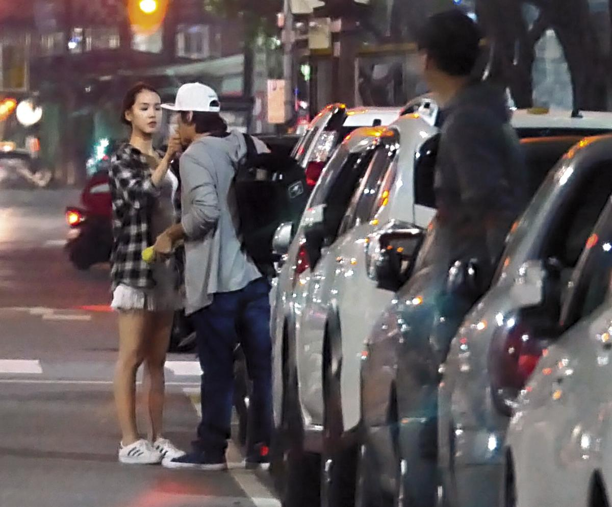 張洛君女友上車前,貼心地將冰塞到男友口中。