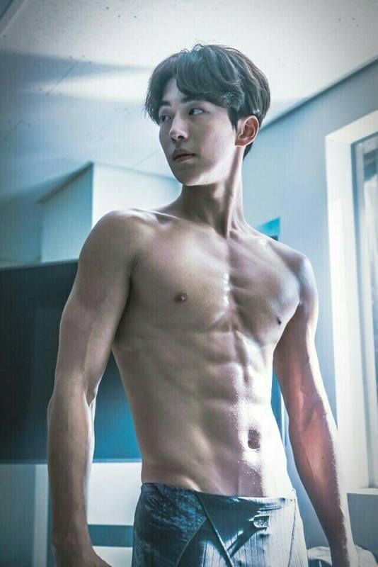 南柱赫在《舉重妖精金福珠》飾演游泳隊選手,身材好到不要不要。(網路圖片)