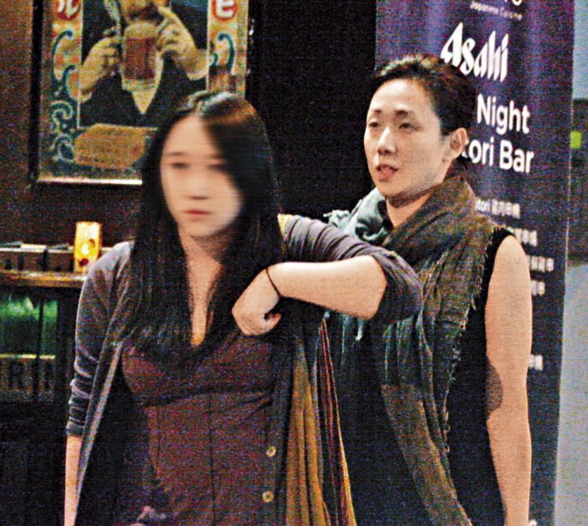 林憶蓮(右)與李宗盛的愛女李喜兒(左)已經18歲、出落得亭亭玉立,跟媽媽走在一起宛如姐妹。(東方IC)